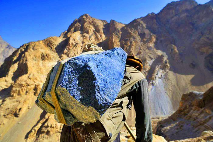 Lapis lazuli taşıyan bir işçi.