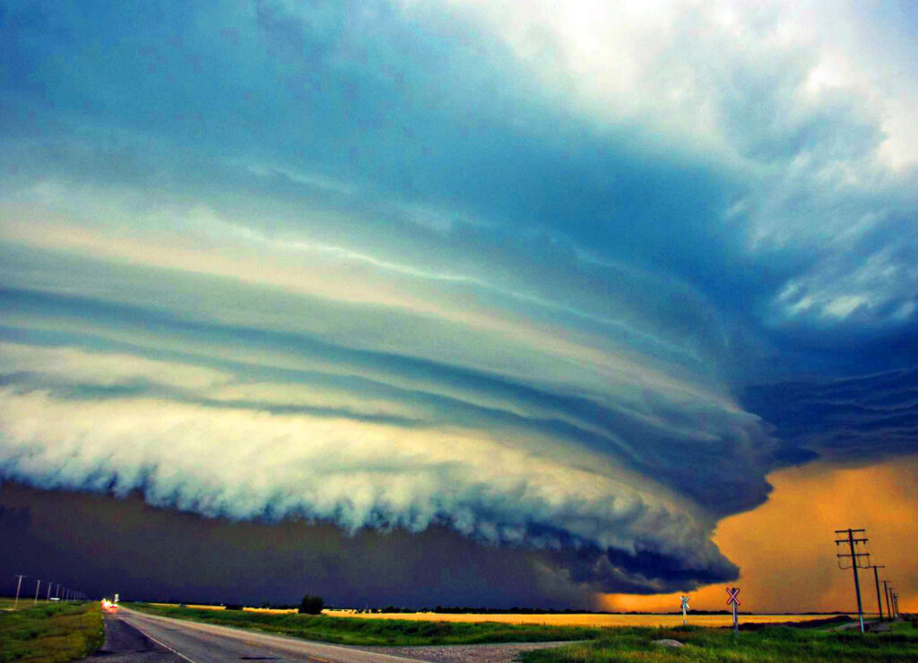 Bir diğer arcus bulutu türü olan raf bulutu fırtınalardan kopar.