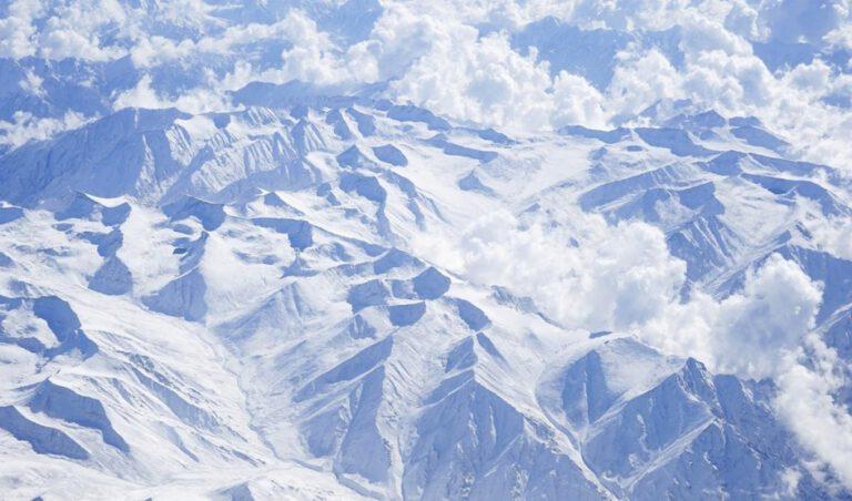 himalaya sıradağlarının havadan görünümü
