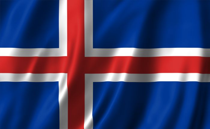 Modern bayrak 1915'te seçildi. Haç, Hristiyanlığı, kırmızı adadaki volkanların ürettiği alevi ve beyaz kısımsa ülkeyi çevreleyen buz ve karı simgeler.