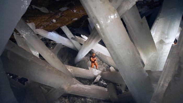 500.000 yıl yaşındaki kristaller, alçıpan yapımında kullanılan kristalize alçı olan selenitten oluşuyor.