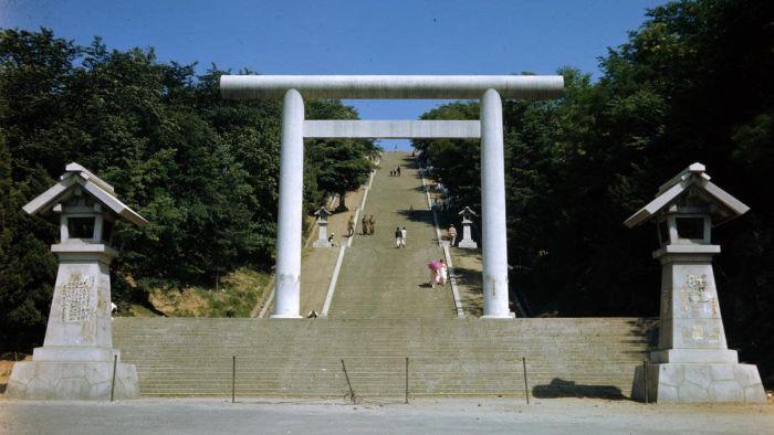 1925 yılında zorunlu Kore bağışları ile inşa edilen Şinto tapınağı Bin Basamaklı Tapınak bugün hala ayakta ve şehir parkına çevrildi.