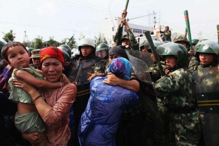 Akrabaları yetkililer tarafından götürülen binlerce Uygurlu 2009'da bir sokak protestosunda. Olaylarda 156 insan öldü ve yüzlerce kişi daha gözaltına alındı.
