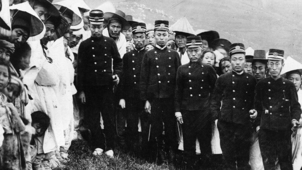 Kore'deki Japon asimilasyon yetkilileri.