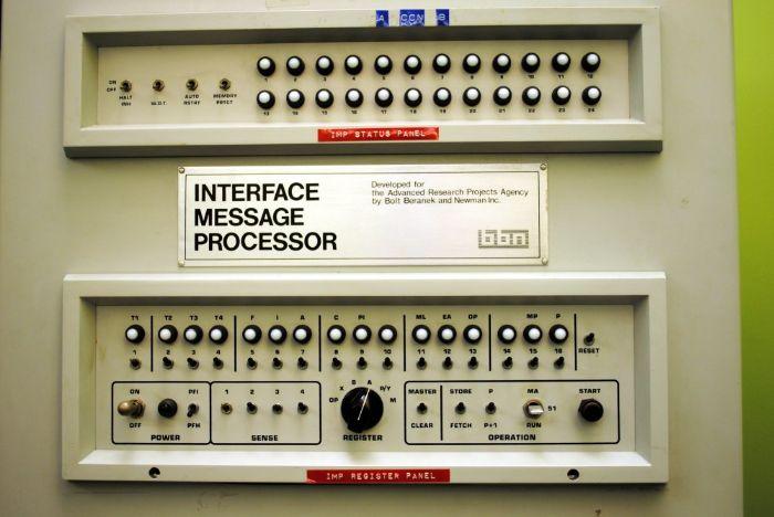 ARPA ağında kullanılan bir Arayüz Mesaj İşlemci paneli. UCLA Boelter 3420 laboratuvarında İnternet üzerinden gönderilen ilk mesajı iletmek için kullanıldı.