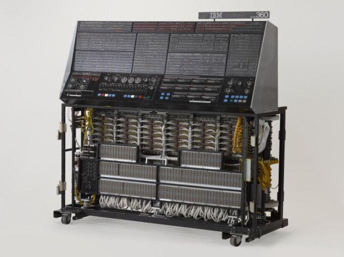 IBM 360/195 bilgisayarı 1971'de tanıtıldı ve IBM tarafından üretilen ana bilgisayar ailesinin bir parçasıydı. ARPANET'e bağlanan ilk bilgisayarlardan biriydi.