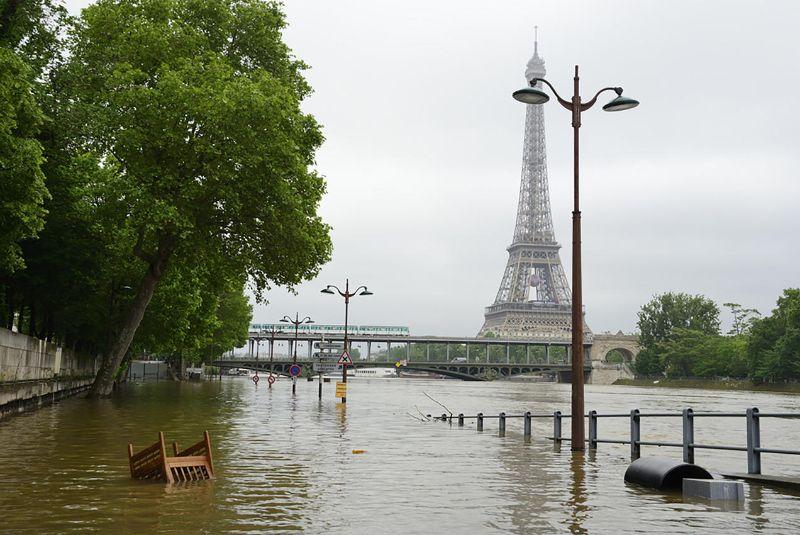 Haziran 2016'da 30 yılın en yüksek su seviyesine ulaşan Paris, Seine nehri taşkınının Bir-Hakeim köprüsü yakınındaki etkisi. İklim değişikliği sonucu.