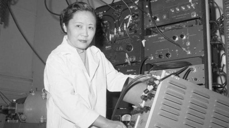 Fizik Profesörü Dr. Chien-Shiung Wu, Columbia Üniversitesi'ndeki bir laboratuvarda.