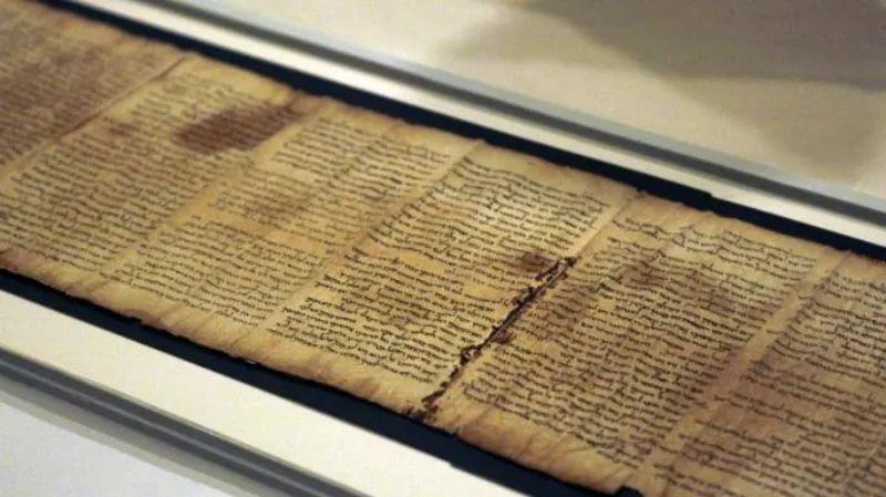 Ölü Deniz Yazmaları'ndan biri olan Isaiah Yazması'nın bir kısmı, İsrail Müzesi'ndeki Kitap Mabedi binasının kasasında görülüyor.