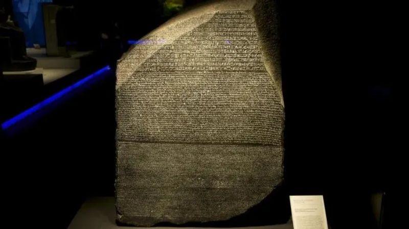 İspanya'da sergilenen Rosetta Taşı'nın kopyası.