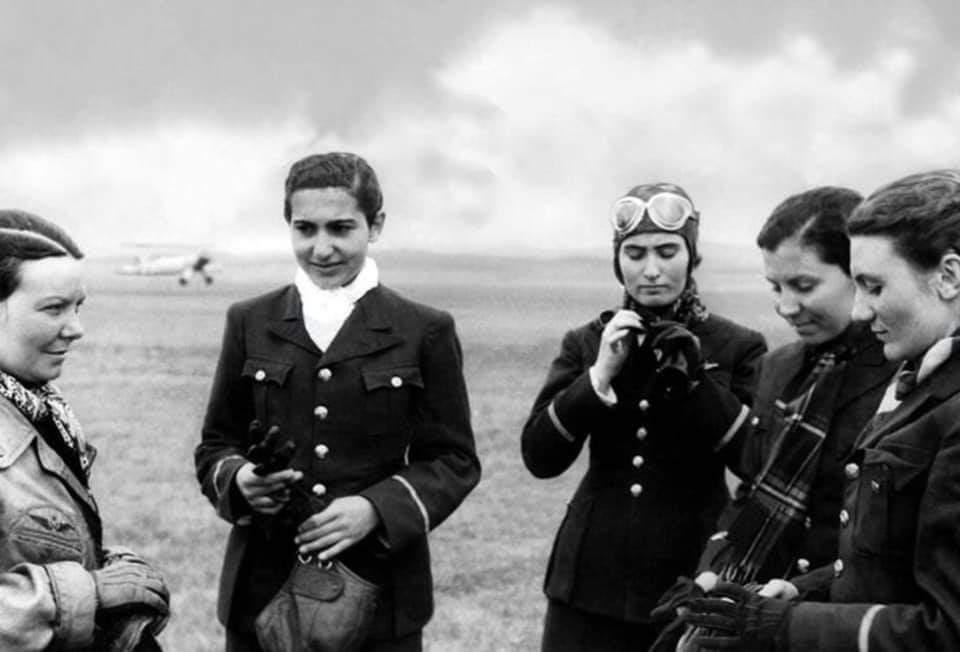 Sabiha Gökçen (solda) diğer Türk kadın pilotları ile birlikte.
