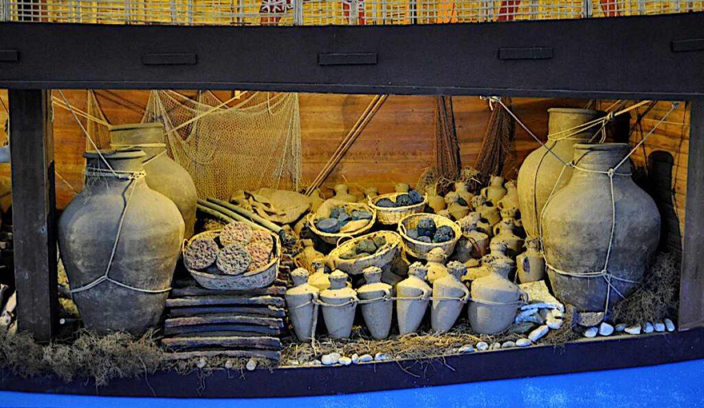Yükleri arasında on ton bakır külçe, kalay külçe ve reçine ve gıda kavanozları da vardı. (Bodrum Sualtı Arkeoloji Müzesi, Türkiye)