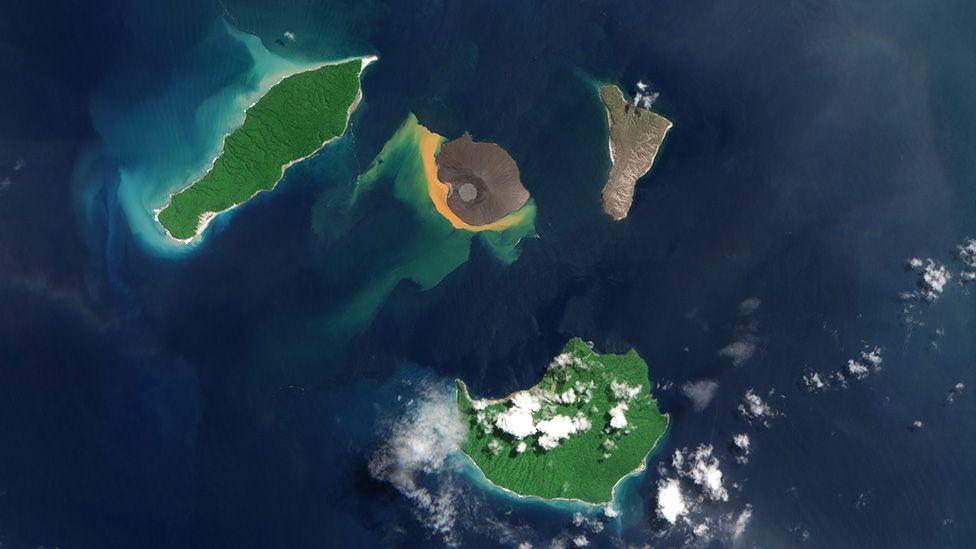 Ortada görülen Anak Krakatoa, 1883'teki patlamadan sonra çöken büyük adadan yükseldi. 2018'deki patlama ile tekrar çöken koni geride bir kaldera bıraktı. 2020'de tekrar yükselmeye başlayan koni şimdi yeniden harekete geçti.