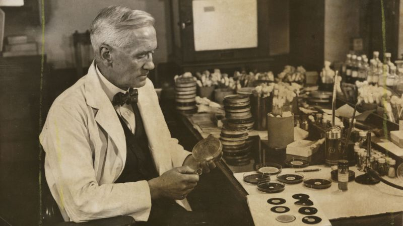 1928'de penisilini keşfeden Profesör Alexander Fleming, 1943'te laboratuvarında çalışırken.