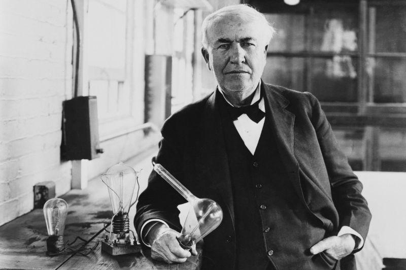 Thomas Edison, 1920 dolaylarında yarattığı akkoru gösteriyor.