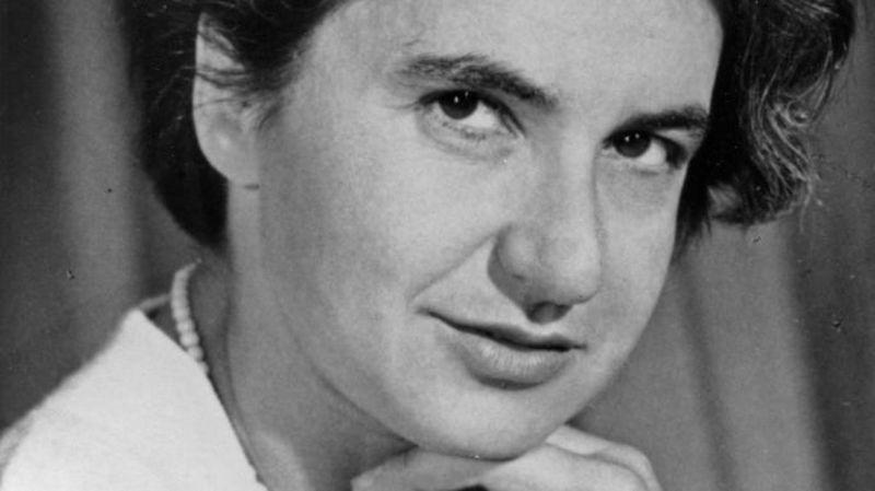 İngiliz kimyager ve X-ışını kristalografı Rosalind Elsie Franklin, 1955 dolaylarında