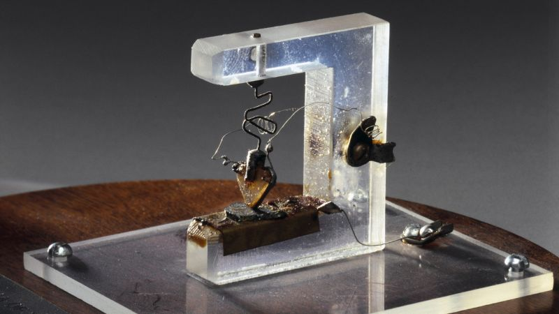 Bell Laboratuvarları'nda John Bardeen, Walter Brattain ve William Shockley tarafından 1947'de icat edilen ilk transistörün bir kopyası.