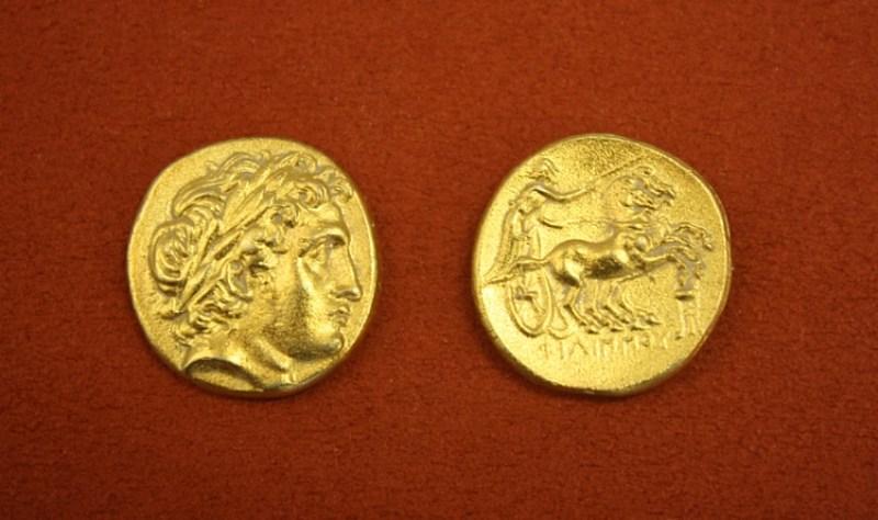 MÖ 359-356, II. Filip döneminden Makedon altın parası. Apollo'nun başı ve biga kullanan bir yarışçı.