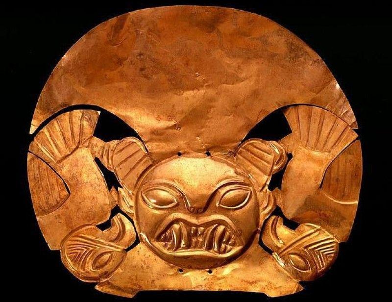 Antik Peru, Moçe kültürü altın başlığı (1-700 MS). Figür, Moçe sanatında yaygın bir konu olan dişli bir ilahı temsil ediyor.