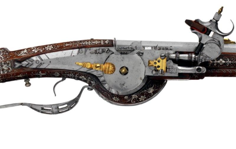 Tepesinde çakılmaya hazır pirit taşı ile görülen 16. yüzyıl çarklı silahı.