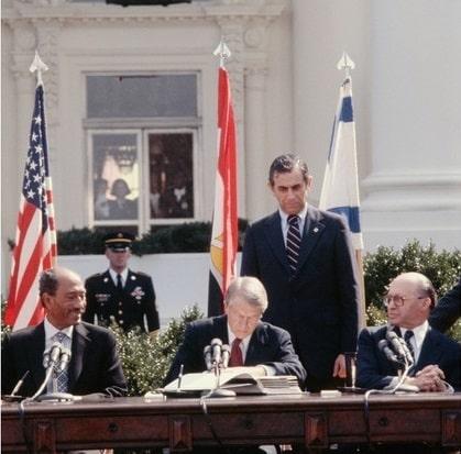 ABD başkanı Jimmy Carter, Mart 1979'da bir Arap-İsrail barış anlaşmasında arabulucu oldu. Mısır cumhurbaşkanı Enver Sedat (solda) ve İsrail başbakanı Menahem Begin (sağda)