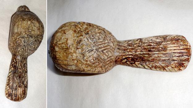 1908 yılında Ukrayna'da bir kazı çalışmasında keşfedilen kuş şeklinde oyulmuş bir mamut dişinin üstündeki svastika benzeri semboller