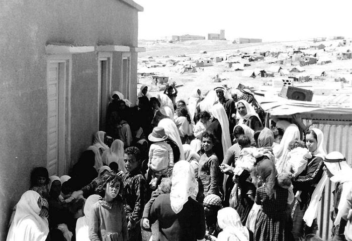 Filistinli mülteciler 1948'deki ilk Arap-İsrail Savaşı sırasında bu şekilde resmiledi. Ertesi yıl savaşın bitiminde, yaklaşık 700.000 Filistinli yeni İsrail devletinden kaçtı veya sınır dışı edildi ve komşu topraklarda mülteci oldu (Universal History Archive/Getty Images)