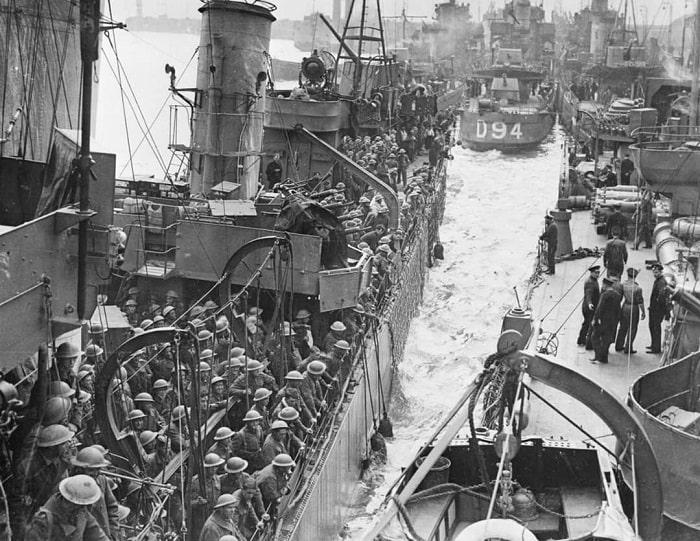 Dunkirk'te İngiliz kuvvetleri Kanal boyunca geri çekildi. Britanya'nın işgali mantıklı son adımdı (Puttnam and Malindine/ Imperial War Museums)