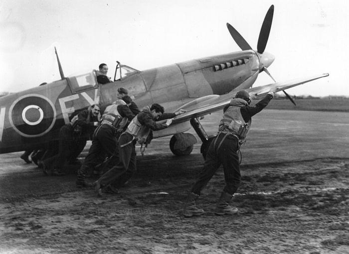 """Bir İngiliz hava mürettebatı """"güçlükle"""" ilerlerken. Hermann Göring, Luftwaffe uçaklarının RAF'ı sadece birkaç hafta içinde parçalayabileceğini iddia ediyordu (Hulton Archive/Getty Images)"""