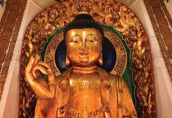 Gamalı haçlar çeşitli dinlerde yaygın ve güçlü sembollerdir: Hong Kong'un On Bin Buda Manastırı'nda bu Buda'nın göğsünde küçük bir tane var (Victor Fraile/Corbis)
