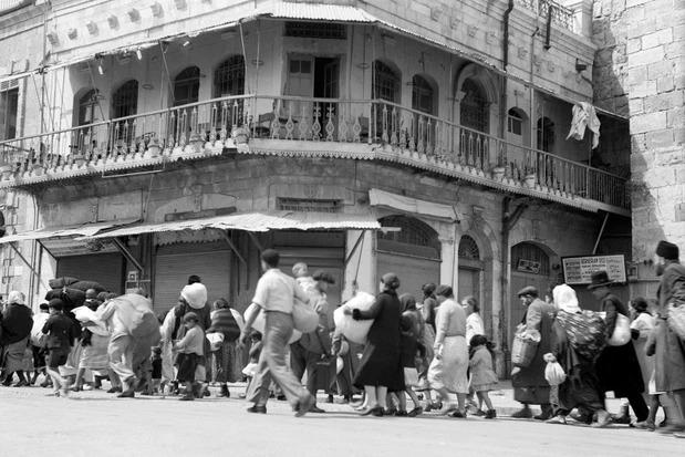 Yahudi aileler, Filistinliler ve Yahudi yerleşimciler arasında birkaç yıl süren şiddeti izleyen bir ayaklanma olan Arap İsyanı sırasında 1936'da Kudüs'ün Eski Şehri'ni tahliye etti  (Universal History Archive/Getty Images)