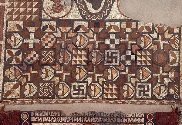 İngiltere'nin Eynsford bölgesindeki Lullingstone Roman Villa'da bulunan bu mozaikte görüldüğü gibi, gamalı haçlar Roma mozaiklerinde de bulunabilir (English Heritage/Heritage Images/Getty Images)