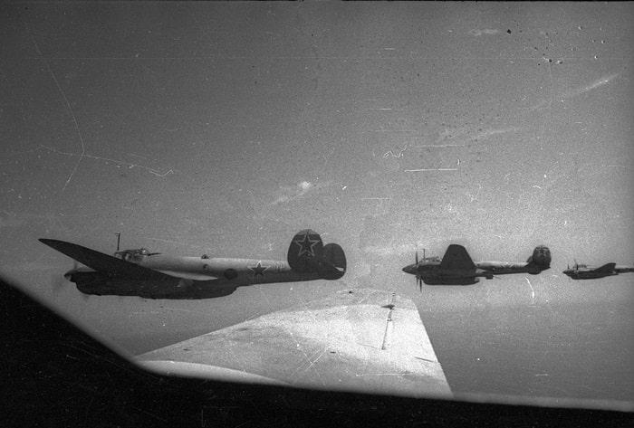 Pe-2 bombardıman uçakları.