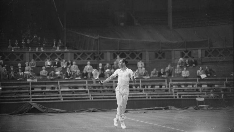 İngiliz tenisçi D. W. Butler, 24 Haziran 1946'da, İkinci Dünya Savaşı'nın sona ermesinin ardından ilk Wimbledon Çim Tenisi Şampiyonası sırasında Merkez Kort'ta D. Scharenguivel'e karşı.