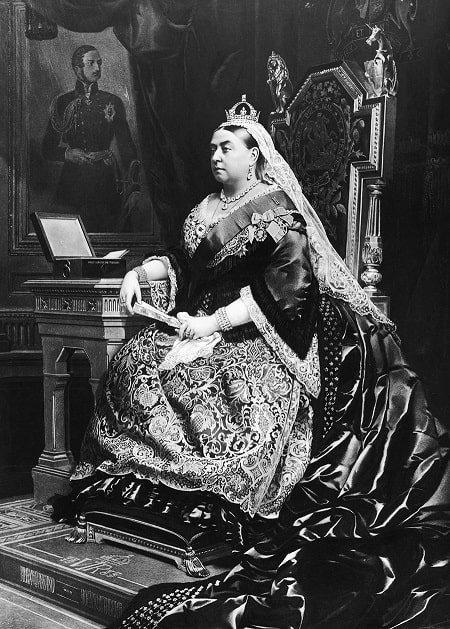 Kraliçe Victoria'nın (1819 - 1901) 1883 tarihli bir tablosu. Kraliçenin arkasında, ölen eşi Prens Albert'in Alman ressam Franz Xaver Winterhalter tarafından yapılmış bir portresi görünüyor