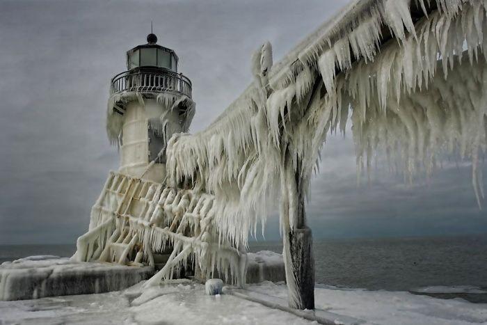 Prospect Creek'te donmuş bir deniz feneri.