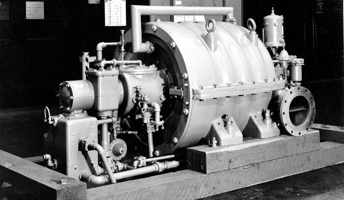 Willis Carrier (1876-1950) 26 yaşında ilk klimayı icat ettikten 20 yıl sonra mekanik iklimlendirme sistemlerini iyileştirme çabasıyla 1922'de ilk pratik santrifüj soğutma kompresörünü geliştirdi.