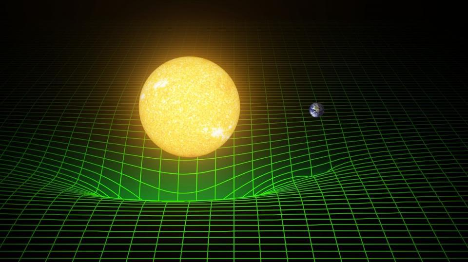Genel Görelilik'te yerçekimi bir kuyu oluşturur ve enerjiyi sıkıştırarak şiddetini (rengini) değiştirir. Kütlenin uzay-zamanı bükmesi yerçekimine neden olan şeydir.