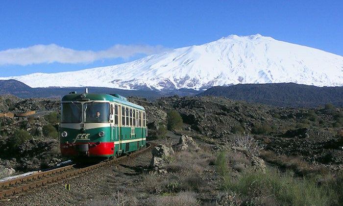 Etna Dağı'nı tırmanan Fiat treni.
