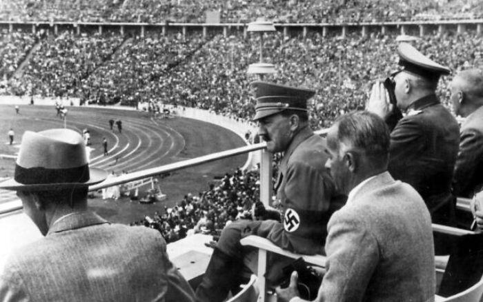 Hitler, Olimpiyatlar'a sıkı hazırlandı. Dünyaya ılımlı görünmek için Yahudi karşıtı görünümü geçici olarak sildi.