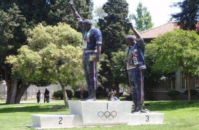 Tommie Smith ve John Carlos, mezun oldukları San Jose Eyalet Üniversitesi'nde heykelle anılıyor.