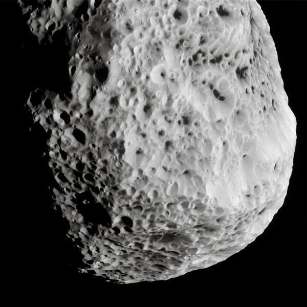 NASA'nın Cassini Satürn yörünge aracı, 31 Mayıs 2015'te son yakın ziyareti sırasında Hyperion'un bu görüntüsünü yakaladı. Gökbilimciler, uydunun süngerimsi görünümünü uzun zamandır şaşırtıcı buluyor.