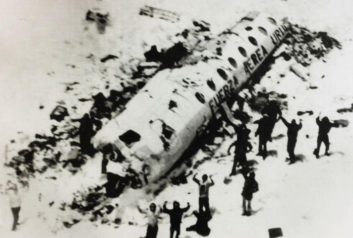 1972 And Dağları uçak kazasından sağ kurtulanlar bulunuyor. Günlerce yiyeceksiz kaldıktan sonra yamyamlığa başvurarak yaşadılar.