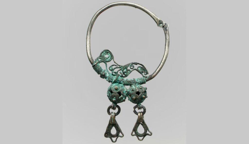 700-800'lere ait Avar küpeleri.