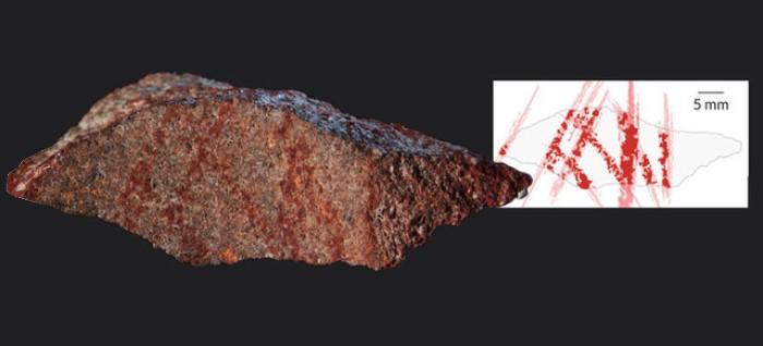 Aşıboyasıyla yapılmış 73.000 yıllık çapraz çizgili soyut kaya sanatı.